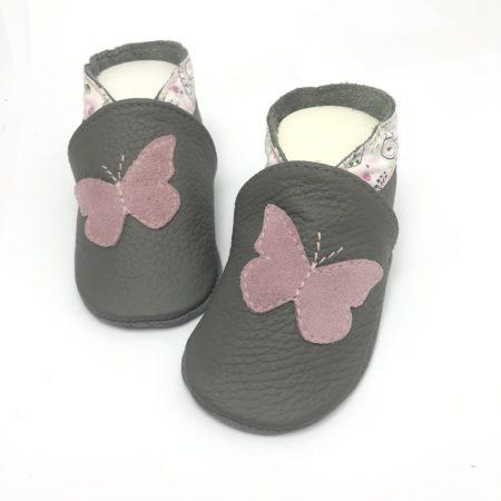 Krabbelschuhe Schmetterling rosa auf grau Paisley