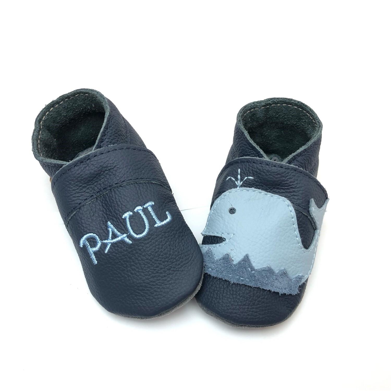 sports shoes 02b87 88496 Lederpuschen Wal in dkl. Blau