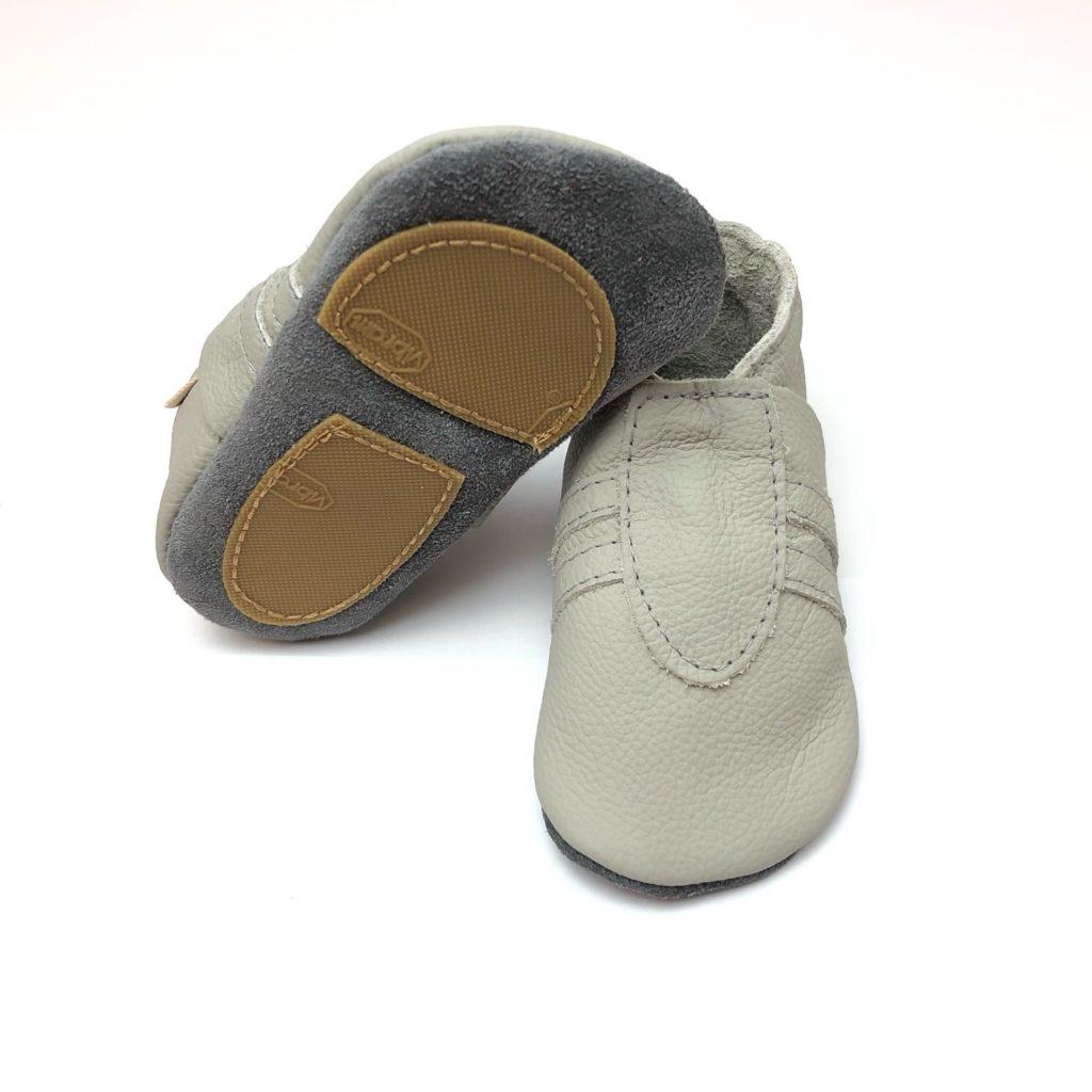 big sale d1788 17d2e Lederpuschen Sneaker hell Grau rutschfeste Sohle - eveyos ...