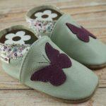 Krabbelschuhe mit Schmetterling lila