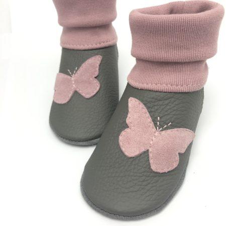 Krabbelschuhe grau mit rosa Schmetterling | LEDERSTRUMPF | Bündchen Rosa | mit Namen möglich